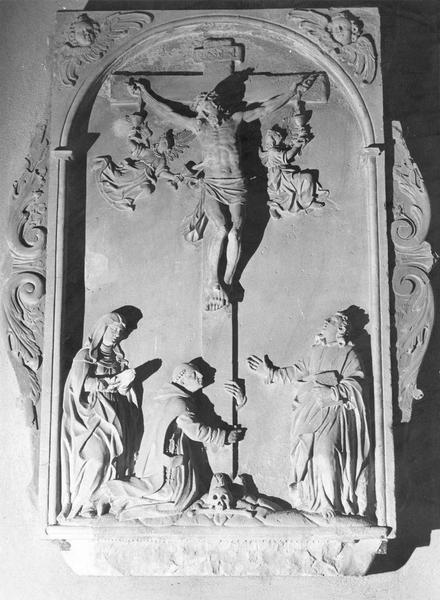 monument funéraire : crucifixion (haut-relief)