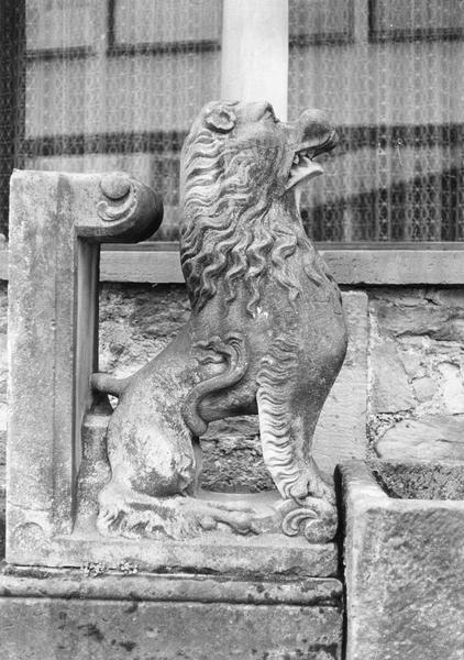 Statue : lion (vue d'extérieur)