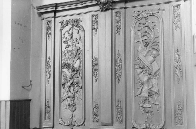 lambris de revêtement : trophées d'emblèmes religieux
