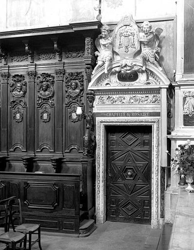 Porte en bois de la chapelle du Rosaire
