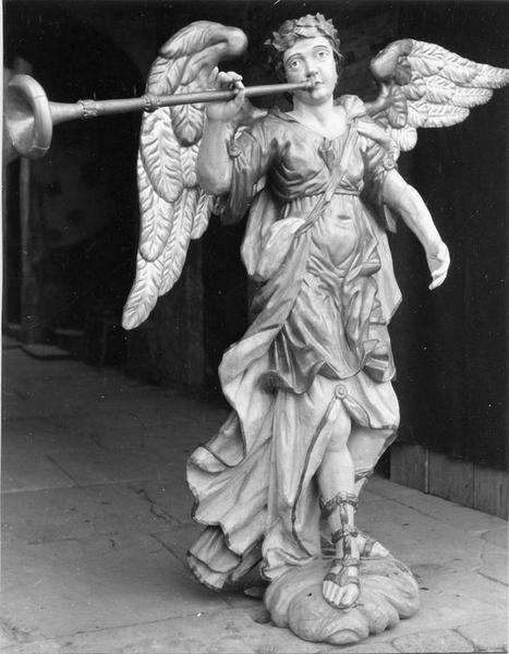 statue : l' archange saint Michel sonnant de la trompette, vue générale