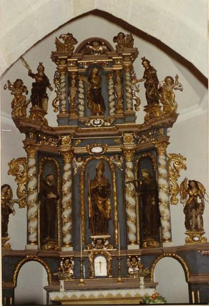 autel, retable, statues (8) (maître-autel) : Christ (le), saint Nicolas, saint Antoine l'ermite, saint François d' Assise, saint Michel, saint Raphaël, sainte Barbe, sainte Catherine, vue générale