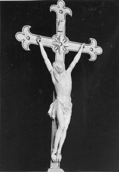 croix d'autel : Christ en croix, vue générale
