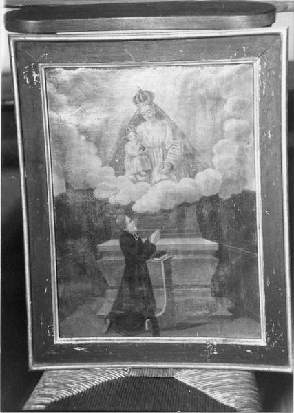 ex-voto, tableau, cadre : un prêtre agenouillé priant la Vierge et l' Enfant sur un nuage, vue générale