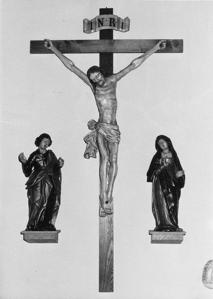 groupe sculpté : Christ en croix, Vierge (la), saint Jean, vue générale