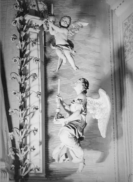 autel, gradin, retable, groupe sculpté : Vierge à l' Enfant avec anges et angelots, de Notre-Dame de lorette, vue partielle