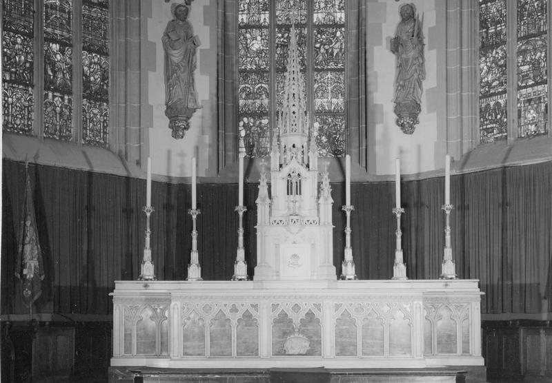autel, tabernacle, chandeliers (6), croix d' autel (maître-autel), vue générale