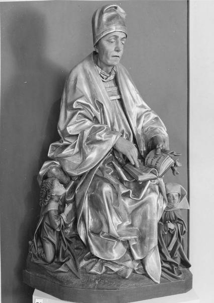 groupe sculpté de procession : saint Thiebaut de Thann assis avec deux pèlerins, vue générale