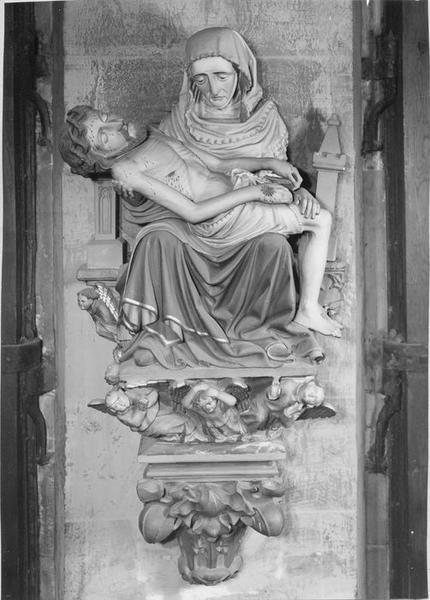 groupe sculpté, console : Vierge de Pitié, vue générale