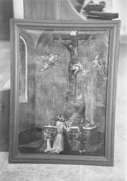 ex-voto, tableau : Christ en croix dans une église adoré par quatre personnages et entouré de deux anges portant des ciboires (le)