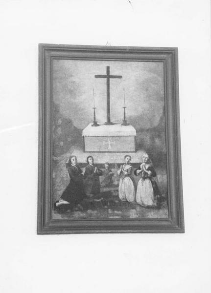 ex-voto, tableau : Deux hommes, deux femmes et un enfant agenouillés en demi-cercle au premier plan et tournant le dos à un autel portant une croix et deux chandeliers, vue générale