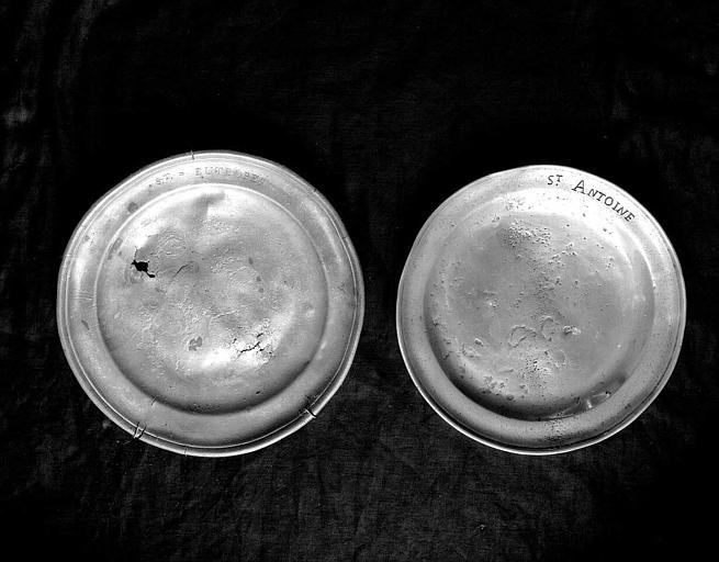Deux plats de quête en cuivre et étain