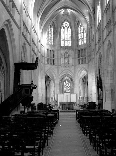 Vue intérieure de la nef avec autel au fond
