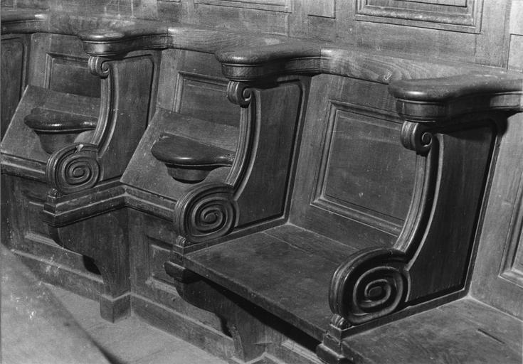 Stalles, décor de moulures et volutes, bois taillé (détail)