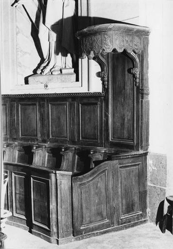 Stalles : détail de la stalle de célébrant surmontée d'un dais, bois sculpté (détail)