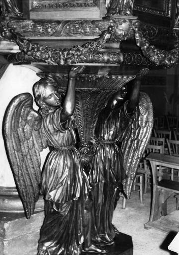 Chaire à prêcher : détail des anges soutenant la tribune, bois sculpté, doré (détail)