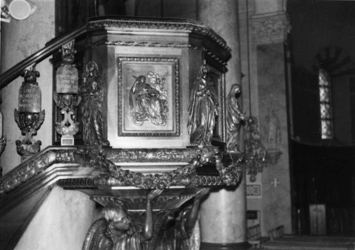 Chaire à prêcher : détail de la tribune ornée de statuettes et de bas-reliefs, bois sculpté, doré (détail)