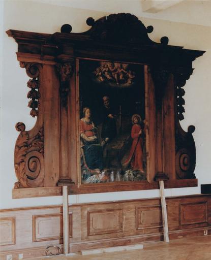 Retable, tableau : La Sainte Famille, huile sur toile, retable architecturé orné de chérubins et de guirlandes de feuillages, bois sculpté ; pendant restauration