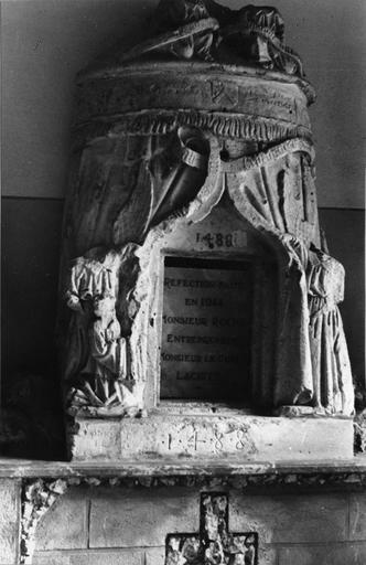 Tabernacle en forme de tente, encadré et surmonté par des anges, pierre sculptée