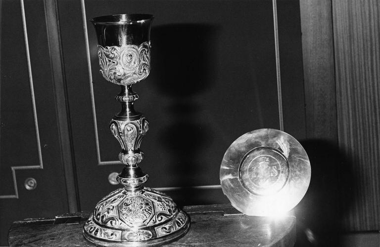 Calice, patène : décor de grappes de raisin, épis de blés, médaillons sur le pied et la coupe comportant des scènes ou des personnages de l'Evangile, argent et argent doré