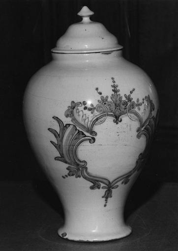 Pot à pharmacie : vase à confection à couvercle, décor de cartouche feuillagé bleu sur fond blanc, faïence