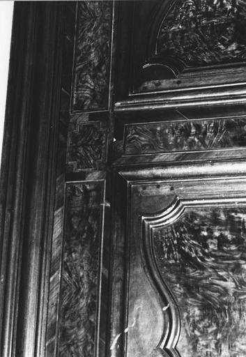 Armoire bressane à deux vantaux, montants cannelés et pieds antérieurs galbés, merisier et frêne moucheté, bois taillé, marqueté (détail)