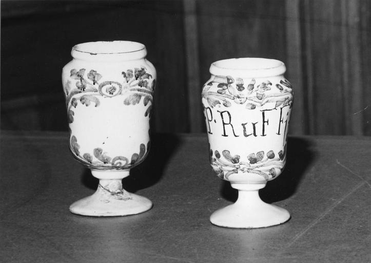 2 pots à pharmacie (piluliers), faïence à décor de feuillage bleu sur fond blanc
