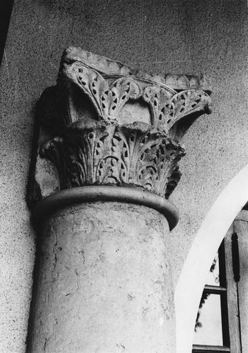 Chapiteau de colonne adossée en pierre sculptée de feuilles d'acanthe