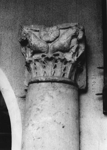 Chapiteau figuré de colonne adossée, à décor de feuilles d'acanthe stylisée et d'animaux fantastiques encadrant une fleur, pierre sculptée