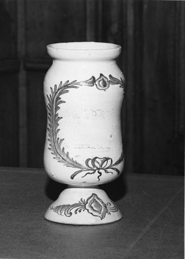 Pot à pharmacie (pot-canon), sans son couvercle, à décor bleu de palmes et de fruits à noyau (?) sur fond blanc