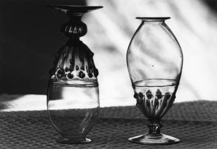 2 ventouses en forme de verres à pied, à décor de godrons et perles, verre soufflé