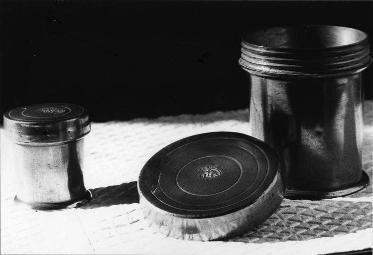 Pots à onguent (ampoules à huile des malades?) à couvercle à vis frappé du monogramme du Christ, étain