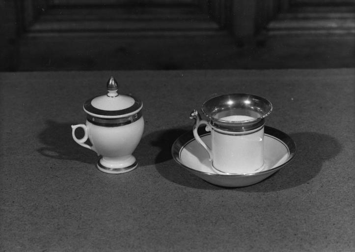 Pot à crème, tasse et sous-tasse en porcelaine blanche et or