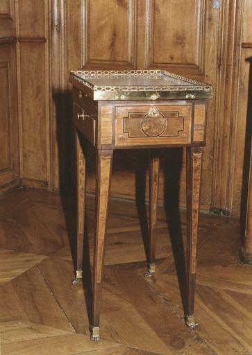 Table à ouvrage en bois marqueté, à quatre pieds gaine à roulettes, trois tiroirs en ceinture, plateau de marbre blanc et galerie de cuivre ajourée