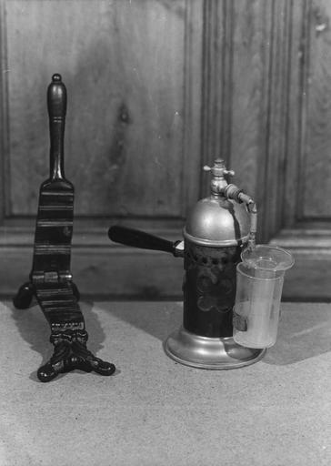 Machine à embouteiller (presse-bouchons) et percolateur pour analyses, fonte de fer, fer, verre