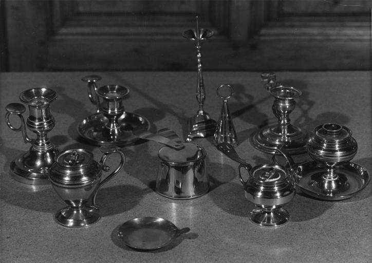 Ensemble en cuivre composé d'un chandelier, de 3 lampes à huile, d'1 éteignoir, de 3 bougeoirs, d'une casserole bain-marie, d'un plateau de balance
