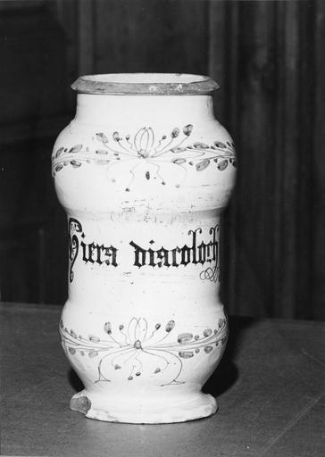Pot à pharmacie (pot-canon) en faïence, à décor de branchages noués bleu sur fond blanc