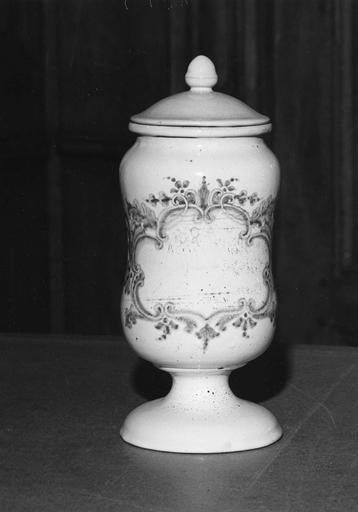 Pot à pharmacie (pot-canon) en faïence, à décor de cartouche feuillagé bleu sur fond blanc