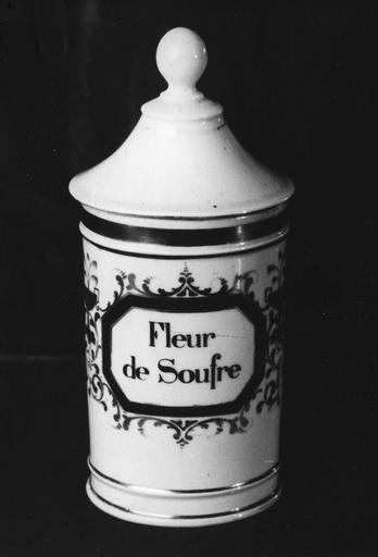 Pot à pharmacie en porcelaine, couvert, à décor or et rouge de rinceaux et de coupes à anses