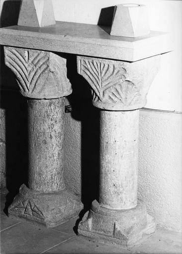 2 colonnettes en pierre taillée, à décor de végétaux stylisés sculptés en relief méplat