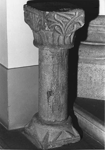 Colonnette à chapiteau orné de motifs végétaux stylisés sculptés en relief méplat
