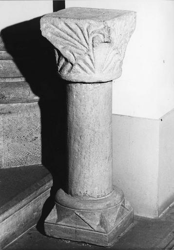 Colonnette à chapiteau sculpté de motifs végétaux (?), pierre taillée