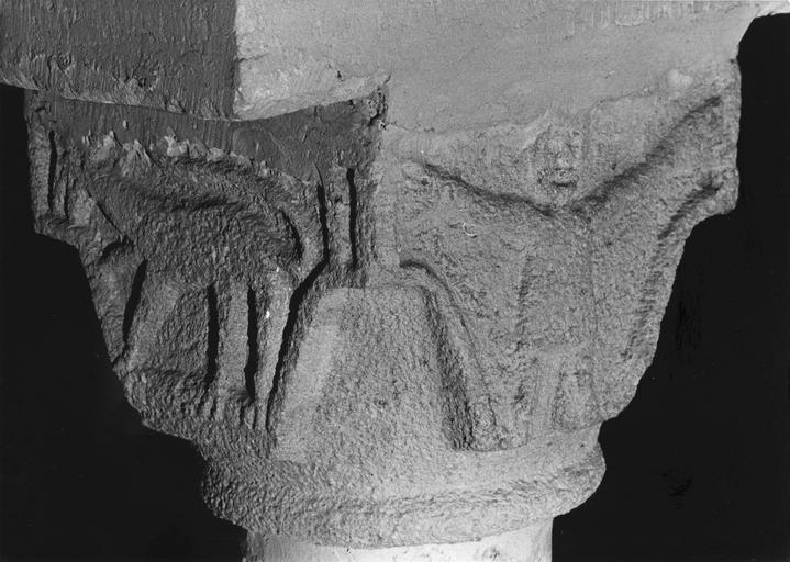 Chapiteau figuré à décor de personnage et d'animal sculptés en relief méplat, pierre taillée