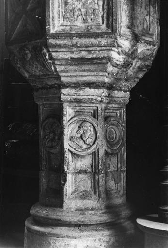 Bénitier en pierre sculpté d'un décor de médaillons et d'anges, et architecturé