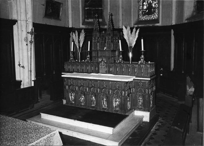 Autel, tabernacle : autel sculpté d'une arcade néo-gothique abritant des statuettes de saints et d'anges, tabernacle et gradin d'autel architecturés, en forme d'église néo-gothique, fonte de fer