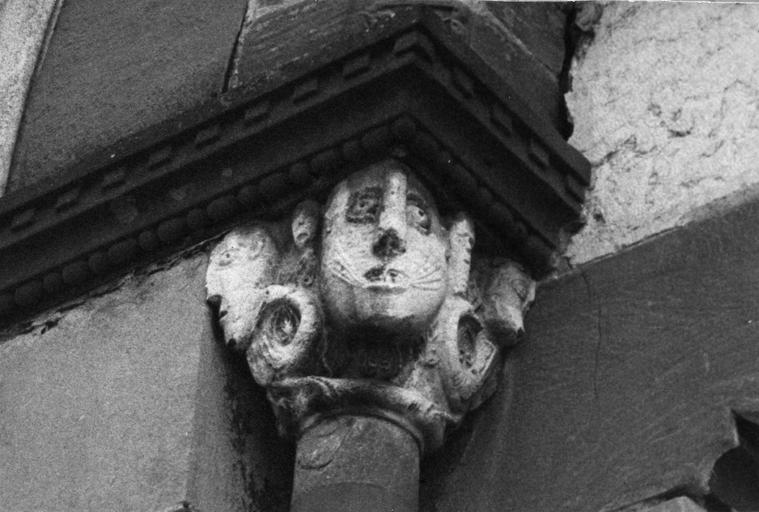 Chapiteau figuré sculpté en demi-relief de têtes de personnages, pierre sculptée