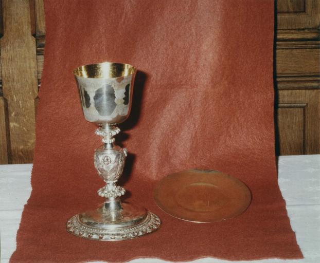 Calice, patène : calice à décor de frises de feuilles d'acanthe, de perles et de chérubins, argent doré