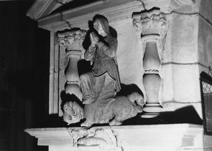 Groupe sculpté : Sainte Marthe et la Tarasque, les deux personnages sont placés devant l'entrée d'un édifice en forme de temple antique, pierre sculptée