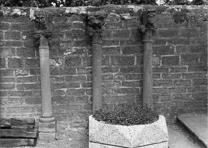 Trois colonnettes à chapiteaux aux motifs végétaux stylisés, surmontées de modillons sculptés de personnages fantastiques, d'un visage ou de feuilles d'acanthe stylisées, pierre sculptée