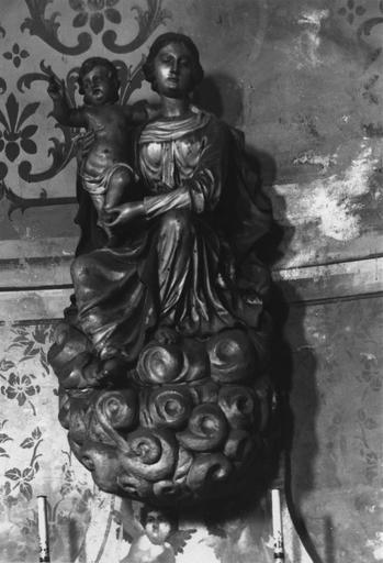Groupe sculpté : Vierge à l'Enfant, assise sur des nuées, l'Enfant debout sur sa cuisse droite, bois sculpté, peint, doré